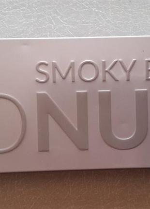 Палетка теней smoky go nude wibo
