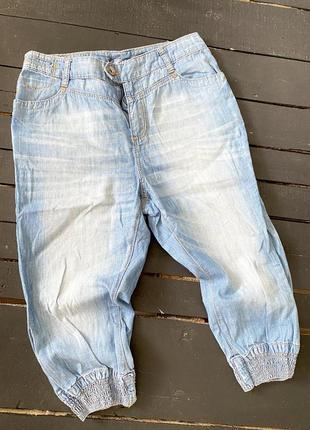 Укороченные джинсы бриджи низ резинка