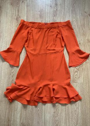 Оранжевое платье с открытыми плечами