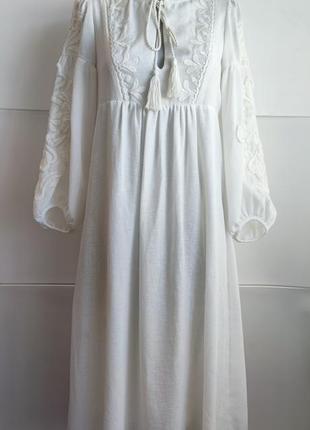Платье миди zara белого цвета  с вышивкой.