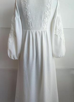 Платье миди zara белого цвета  с вышивкой.3 фото