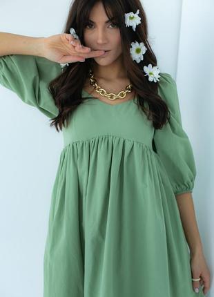 Однотонное платье с расклешенным низом3 фото
