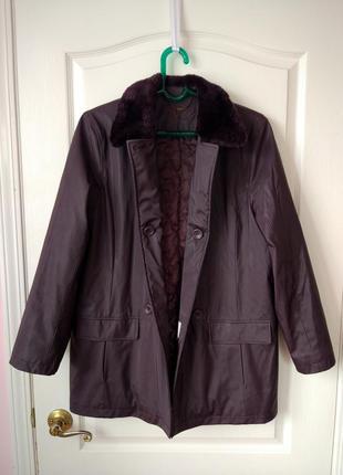 Утепленное пальто с меховым воротником цвета баклажан