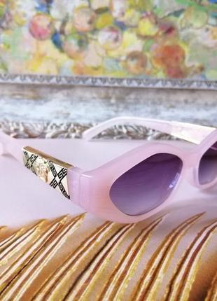 Эксклюзивные брендовые розовые солнцезащитные узкие женские очки с красивой дужкой 2021