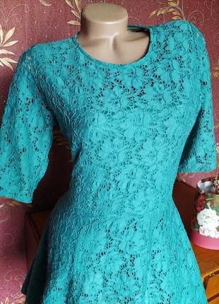 Бирюзовое кружевное платье с открытой спиной от river island3 фото