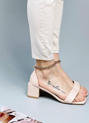 Стильные босоножки на низком каблуке3 фото