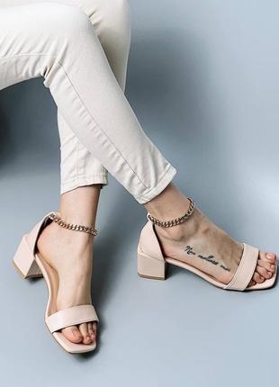 Стильные босоножки на низком каблуке6 фото