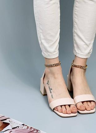Стильные босоножки на низком каблуке2 фото