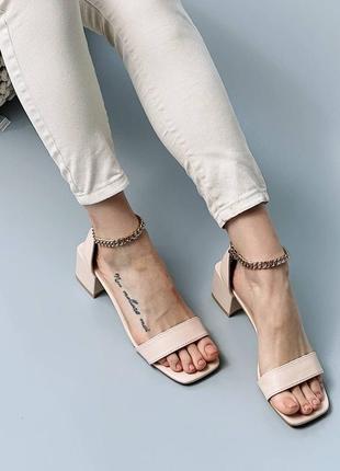 Стильные босоножки на низком каблуке4 фото