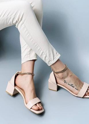 Стильные босоножки на низком каблуке5 фото