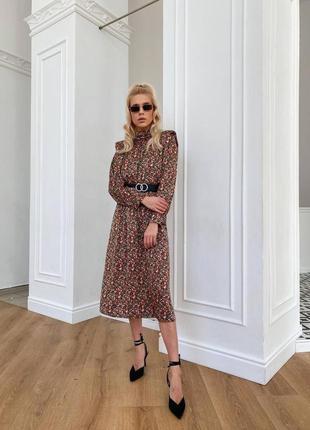 Стильное платье из весенней коллекции с трендовыми объемными  плечами