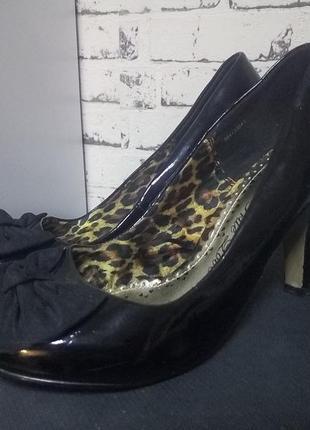 Черные фирменные лаковые туфли с бантом.38 р.