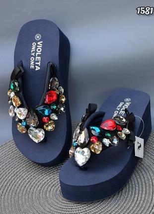 Пляжная обувь вьетнамки украшенные камнями на танкетке