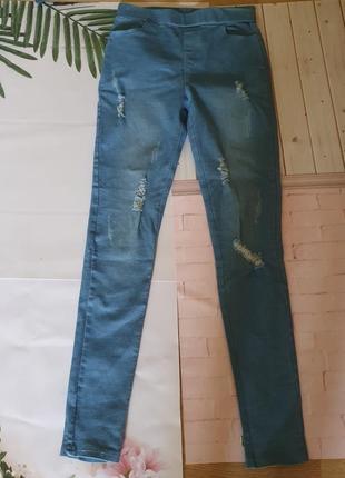 Модные джегинсы в стиле рваных джинс