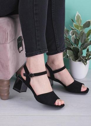 Чёрные летние босоножки на толстом каблуке замшевые