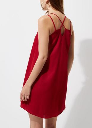 Темно-червоне плаття з переплетами