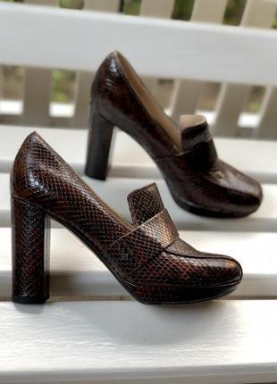 Кожаные,коричневые туфли на высоком каблуке,39 размер  clarks