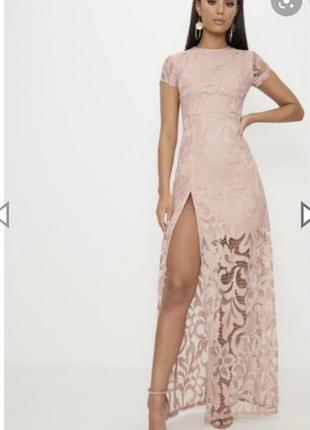 Кружевное платье с большим разрезом,