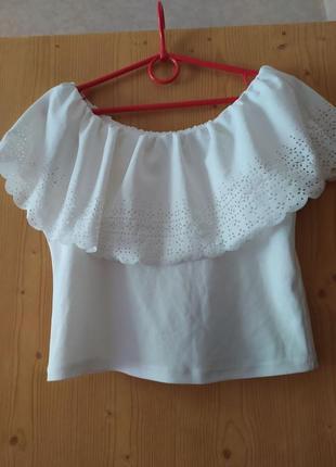 Белый топ блузка с перфорацией на воланах с открытыми опущенными плечами