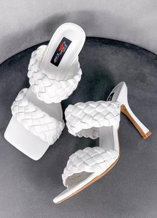 Шлепки на каблуке белые