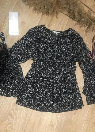 Блуза с трендовым принтом