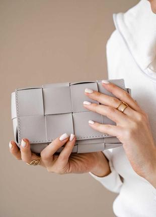 Модная женская сумка клатч на пояс «энди» плетеная серая2 фото