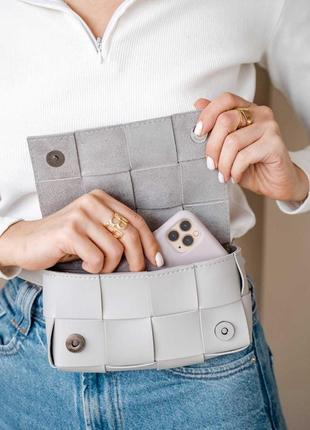 Модная женская сумка клатч на пояс «энди» плетеная серая4 фото