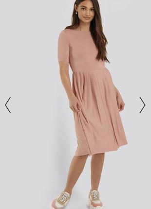 Платье миди с короткими рукавами и струящимися складками