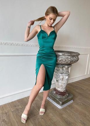 Зелёное корсетное платье-футляр с разрезом на ноге