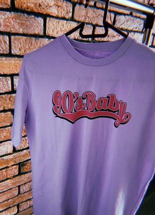 Фиолетовая футболка с надписью 90's baby
