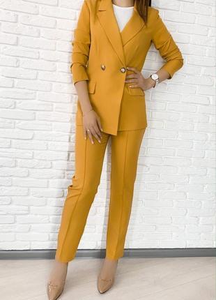 Стильный классический костюм , жакет и брюки, горчичный, кофейный
