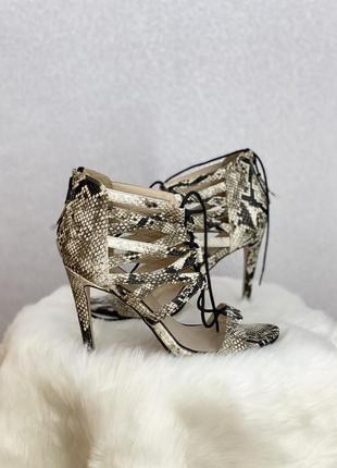 Босоножки туфли в змеиный принт со шнуровкой
