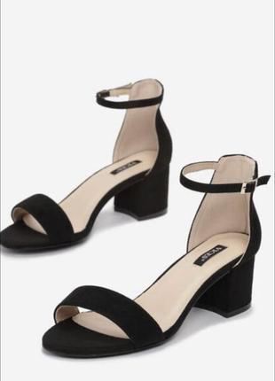 Чёрные босоножки замшевые на квадратом каблуке