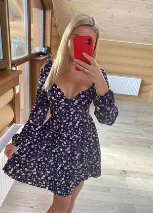 Платье с объемными рукавами и декольте синий