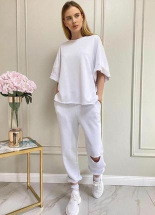 Спортивный костюм футболка  и штаны с разрезом белый