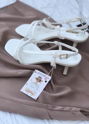 Утонченные туфли на низком каблуке3 фото