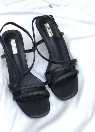 Утонченные туфли на низком каблуке8 фото