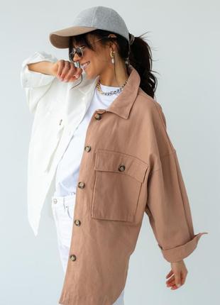 Женская двухцветная куртка - пиджак с накладными карманами.