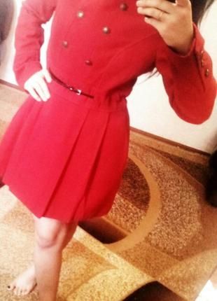 Красное пальтишко на весну