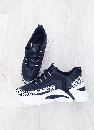 В наличии женские стильные кроссовки