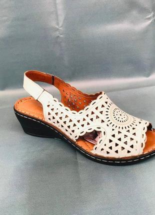 Жіноче взуття ( босоніжки )
