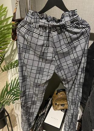Крутые лёгкие свободные брюки джоггеры в клетку на завязках и резинкой6 фото