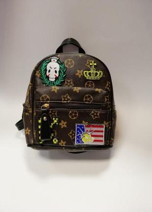 Новый рюкзак с нашивками