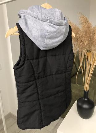 Жилетка черная дутая с капюшоном съемным серым на кнопках по фигуре приталеная стеганая3 фото