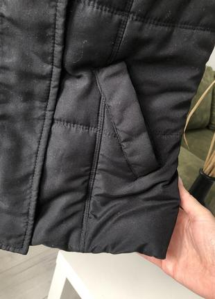 Жилетка черная дутая с капюшоном съемным серым на кнопках по фигуре приталеная стеганая5 фото