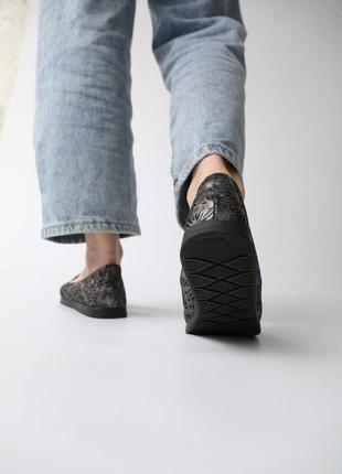Кожаные женские комфортные черные перламутровые туфли мокасины с перфорацией с узором кожа3 фото