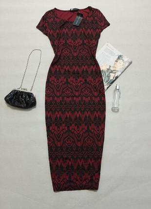Базовое трикотажное платье миди винного цвета с интересным принтом