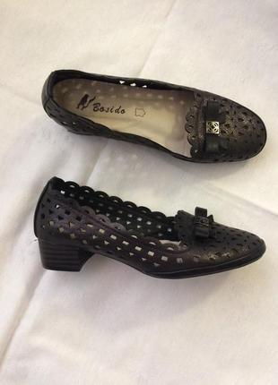 Нове взуття чорного кольору