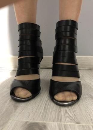 Кожаные сандалии-гладиаторы на каблуке