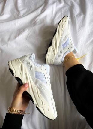 Хит кроссовки демисезонные женские адидас изи 700 белые adidas yeezy boost 700 white